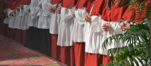 rote Ministrantengewänder der Kleineren und schwarze für die Großen