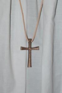 Bronzekreuz der Ministrantenleiter, das sie während der Messfeier tragen